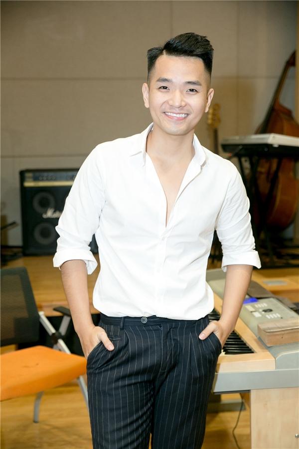 Phạm Hồng Phước bảnh bao với áo sơ mi trắng cùng quần tâygiản dị.
