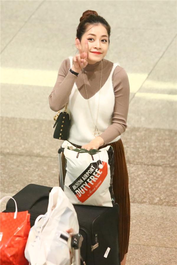 Nữ diễn viên xinh đẹp tươi cười rạng rỡ khi phát hiện ống kính phóng viên. - Tin sao Viet - Tin tuc sao Viet - Scandal sao Viet - Tin tuc cua Sao - Tin cua Sao