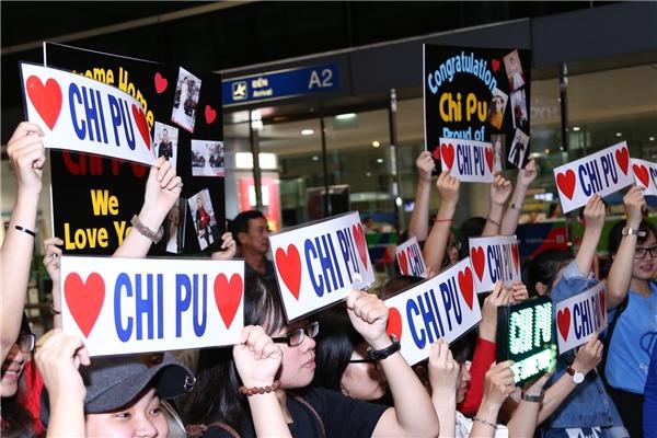 Bên ngoài, rất đông người hâm mộ đang háo hức đứng chờ Chi Pu. - Tin sao Viet - Tin tuc sao Viet - Scandal sao Viet - Tin tuc cua Sao - Tin cua Sao