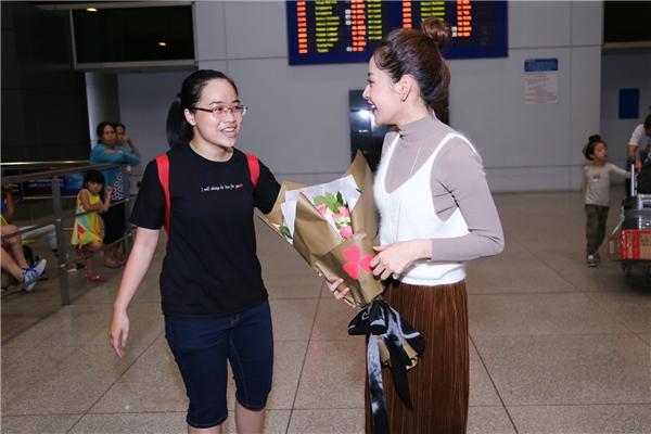 Đại diện FC của Chi Pu đã tặngbó hoa cho thần tượng thay lời chúc mừng. - Tin sao Viet - Tin tuc sao Viet - Scandal sao Viet - Tin tuc cua Sao - Tin cua Sao
