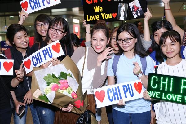 Dù trời đã khuya nhưng Chi Pu vẫn vui vẻ đứng nán lại tại sân bay để chụp ảnh cùng người hâm mộ. - Tin sao Viet - Tin tuc sao Viet - Scandal sao Viet - Tin tuc cua Sao - Tin cua Sao