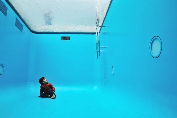 ...ở giữa 2 tấm kính là nước, còn ở phía dưới đáy bể bơi là một căn phòng trống. (Ảnh: internet)