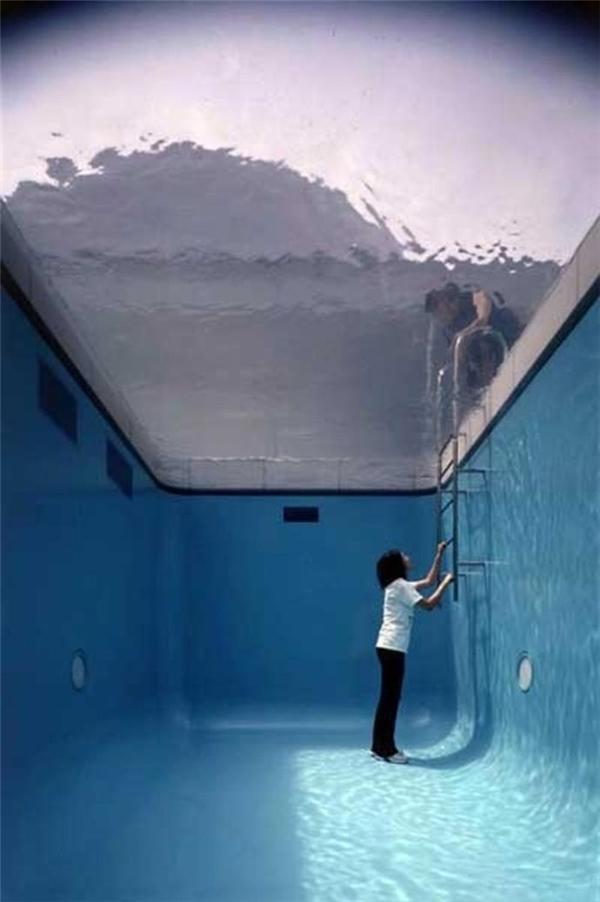 Leandro còn cho đặt thêm chiếc thang để tạo cảm giác như một bể bơi thực sự. (Ảnh: internet)