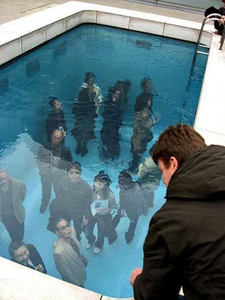 Người ở trên nhìn xuống bể bơi nhưng thực chất là xuyên qua một lớp kính có nước. (Ảnh: internet)