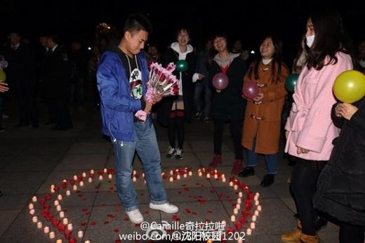 Với nếnđược xếp hình trái tim, những đóa hoa hồng tươi thắm, 20 cô gáiđã tạo cho chàng trai một màn tỏ tình vô cùng bất ngờ vàđầyấn tượng.