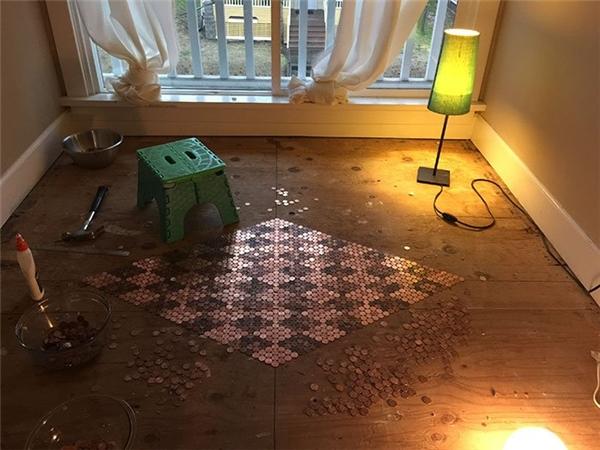 """Từ những đồng xu cổ, Tonya đã đặt những """"viên gạch"""" lát sàn đầu tiên"""