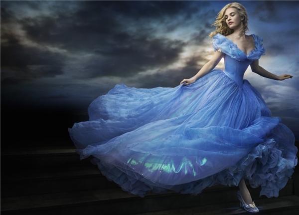 Bên cạnh những thước phim lung linh, huyền ảo, trang phục của nàng Lọ Lem (Lily James thủ vai ) trong Cinderella khiến người xem hoàn toàn mãn nhãn.