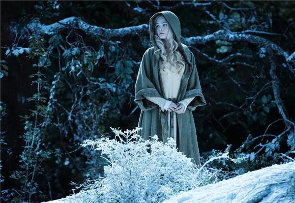 Trang phục đặc biệt nhất và mang nhiều ý nghĩa nhất trong phim chính là chiếc áo choàng của Aurora trong lần đầu gặp gỡ Maleficent. Chiếc áo như hình ảnh phản chiếu trang phục của bà tiên hắc ám vào đêm bị mất đôi cánh.