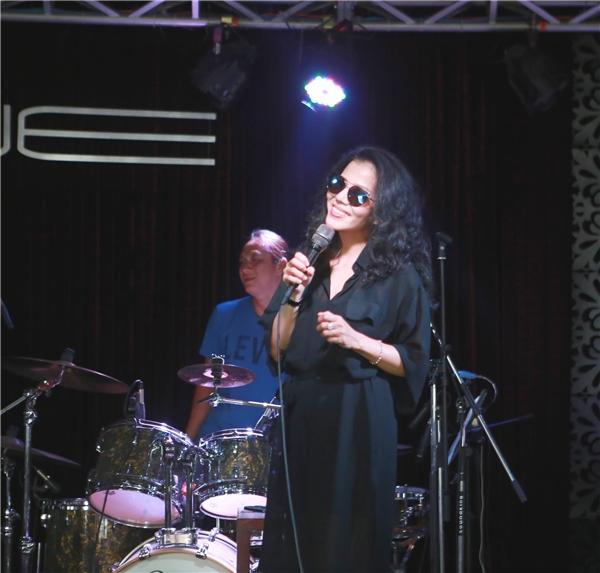 Ca sĩ Phạm Phương là người gốc Huế. Cha của cô là nhạc sĩ, trưởng đoàn ca múa nhạc sông Hương một thời gian dài. Do thừa hưởng gen nghệ thuật từ cha nên từ nhỏ nữ ca sĩ đã thể hiện năng khiếu ca hát. Tuy nhiên cha mẹ không muốn cô theo đường âm nhạc vì sợ con gái gian truân.