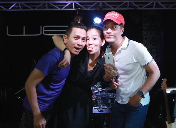 Cô may mắn có được sự hỗ trợ hết lòng của hai người bạn thân thiết là đạo diễn, diễn viên Đình Toàn, Mai Quang Thảo.