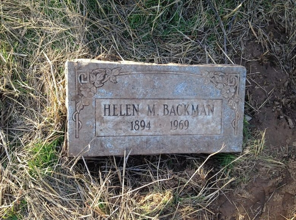 Một mẩu bia mộ bị vứt bỏ do khắc sai chữ.