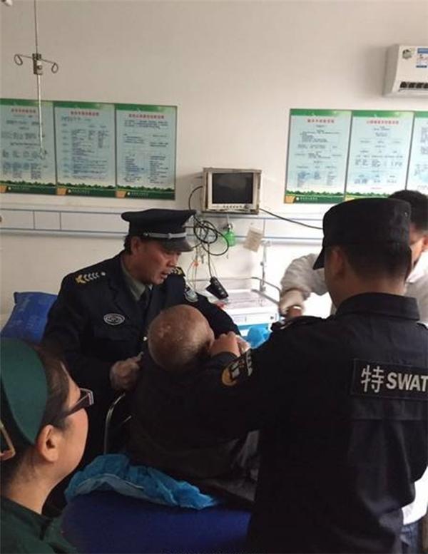 Cụ già đáng thương nhanh chóng được đưa đến bệnh viện Tích Khê để điều trị.