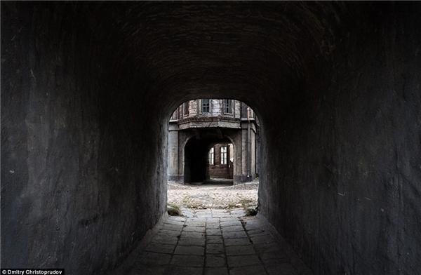 Mọi nơi trong thị trấn đều được tái tạo công phu, với nhiều đường hầm thông nhau để tạo nên bối cảnh hoành tráng cho các bộ phim.