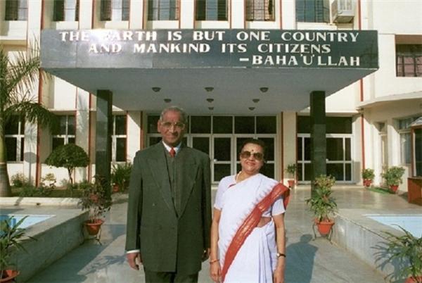 Hai nhà đồng sáng lập CMSJagdish Gandhi và Bharti Gandh.