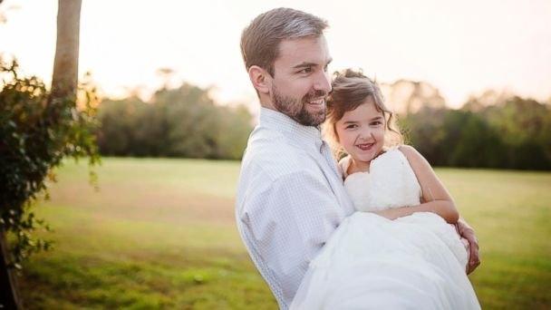 Cô bé trang điểm và mặc đồ giống hệt mẹ để thực hiện bộ ảnh cưới cùng bố.(Ảnh: Internet)
