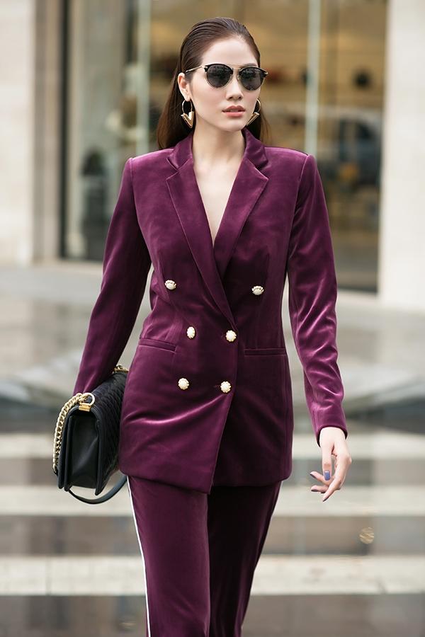 Nữ người mẫu Hoàng Hạnh thanh lịch với thiết kế suit cổ điển. Bên cạnh chất liệu nhung mềm mại, hợp xu hướng, sắc tím thẫm càng làm bộ cánh thêm phần thu hút.