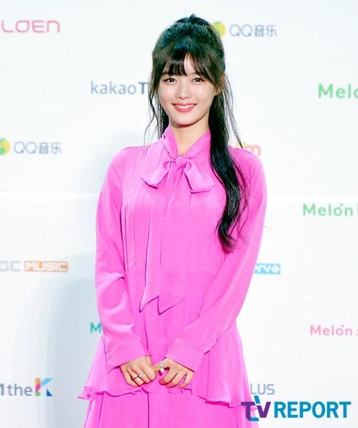 """Một trong những gương mặt nổi bật nhất có lẽ là sao nhí Kim Yoo Jung – tiểu thái giám vừa """"gây sốt"""" màn ảnh Hàn trong Mây Họa Ánh Trăng. Cô nàng xuất hiện trong chiếc đầm hồng kiểu dáng đơn giản nhưng vô cùng nổi bật. Bên cạnh vẻ ngoài xinh đẹp ngày càng ra dáng thiếu nữ, Kim Yoo Jung còn """"ghi điểm"""" tuyệt đối nhờ nụ cười tươi rói luôn nở trên môi. Dù là ngôi sao trẻ tuổi nhất tham dự nhưng xét về ngoại hình lẫn phong thái, cô nàng hoàn toàn không hề lép vế trước những đàn chị khác."""
