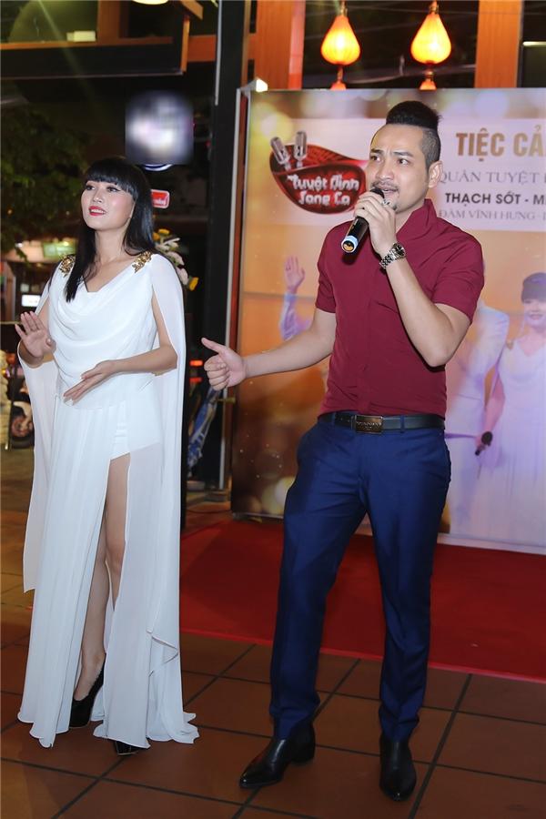 Trong buổi tiệc chúc mừng thành công, Thạch Sớt đã thể hiện một vài ca khúc bằng tiếng Khmer khiến mọi người vô cùng phấn khích. - Tin sao Viet - Tin tuc sao Viet - Scandal sao Viet - Tin tuc cua Sao - Tin cua Sao