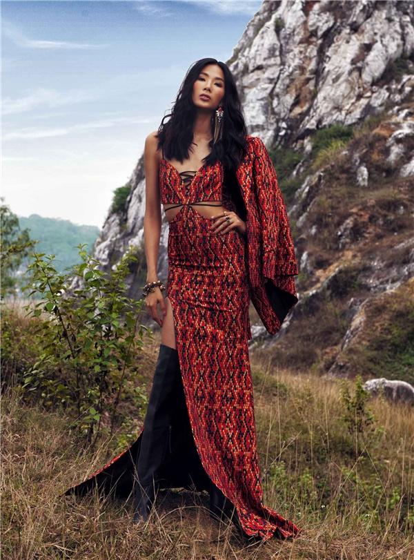 Nữ người mẫu trông vô cùng ấn tượng với sắc đỏ cam thẫm kết hợp những họa tiết tạo hiệu ứng thị giác đầy màu sắc.