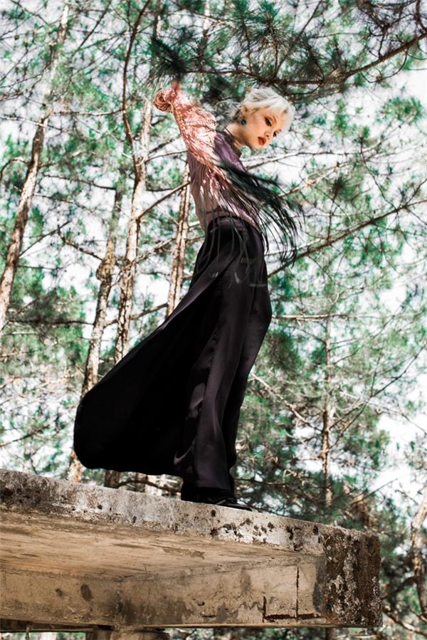 Bộ cánh mang màu sắc thanh lịch trở nên bụi bặm hơn với chiếc túi đeo tua rua cá tính. Dù có vẻ ngoài mỏng manh nhưng nữ người mẫu lại sở hữu nguồn năng lượng vô cùng mạnh mẽ.