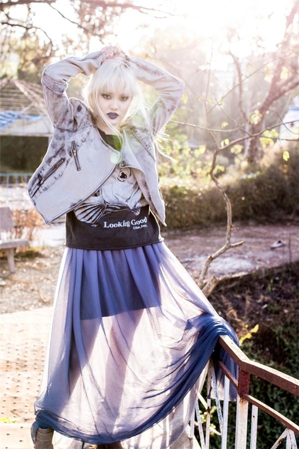 Thoạt nhìn, chắc chắn nhiều người sẽ lầm tưởng Fung La chính là người mẫu đến từ một vùng đất châu Âu thơ mộng, hữu tình. Trang phục được phối nhiều lớp ấn tượng với hai phong cách tương phản đan lồng vào nhau.