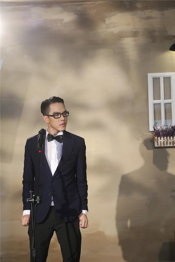 Trong suốt phần trình diễn của Minh Châu, giám khảo Long Nhật đã phải vừa nghe, vừa vỗ tay theo điệu nhạc. - Tin sao Viet - Tin tuc sao Viet - Scandal sao Viet - Tin tuc cua Sao - Tin cua Sao