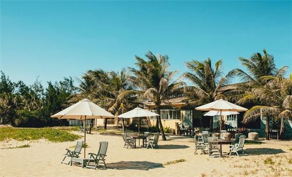 Bãi biển Hà My (thị xã Điện Bàn) chỉ cách Đà Nẵng 6km và tuyệt nhiên cực kỳ ít khách du lịch.