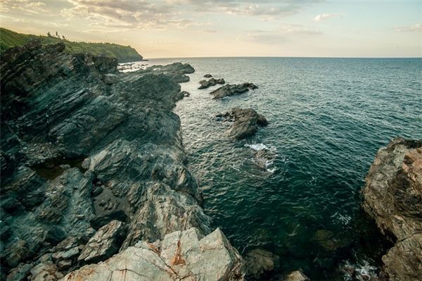Nước biển xong xanh tại bãi Rạng chiều lòng du khách.