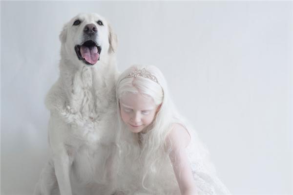 Sahar tựa đầu vào một chú chó có bộ lông trắng không kém.