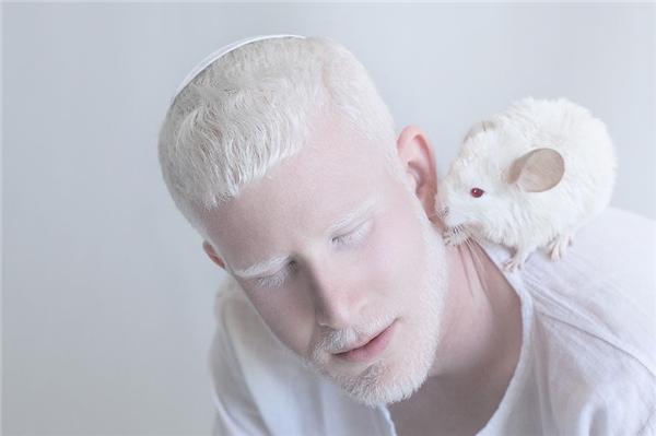 Shimon cuối cùng cũng có dịp chụp ảnhbên cạnh người bạn chuột.