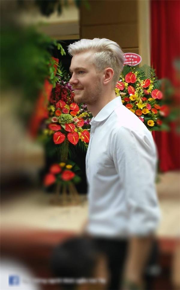 Nhân vật chính trong các bức ảnh trên là Sebastian Gottschlich (26 tuổi, đến từ Đức). Thầy giáo điển trai cho biết đã đến Việt Nam được 2 năm và là giáo viên dạy tiếng Anh tại một trung tâm Anh ngữ tại Hà Nội.