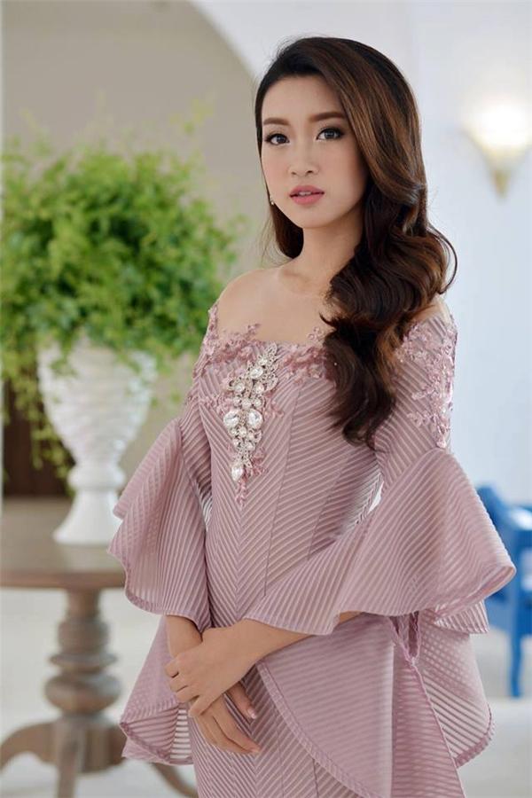 Tham gia một sự kiện gần đây tại Đà Nẵng, Hoa hậu Đỗ Mỹ Linh xuất hiện nhẹ nhàng đơn giản với bộ váy ôm sát màu tím ngọt ngào. Thiết kế được tạo điểm nhấn bởi phần vai khoét sâu kết hợp ren đính kết.