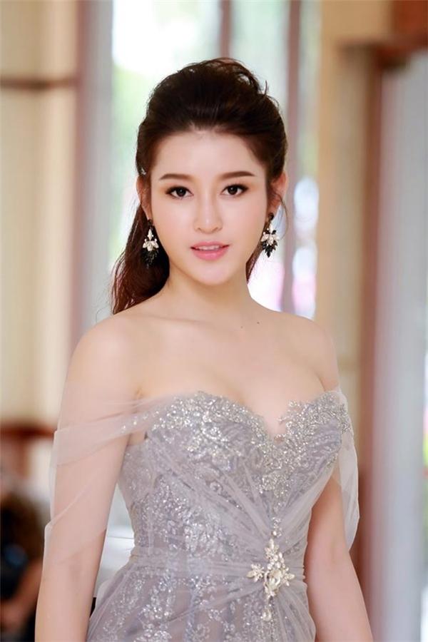 Á hậu Việt Nam 2014 cũng thường xuyên tham gia các sự kiện với thiết kế ôm sát quyến rũ, phô diễn vai trần thon gọn.
