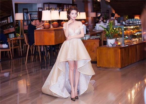 Phong cách thời trang của Nhã Phương ngày càng gợi cảm hơn. Nữ diễn viên gây ấn tượng mạnh trên thảm đỏ với thiết kế phồng xòe của Đỗ Long bởi đường xẻ ngực, xẻ tà sâu hút.