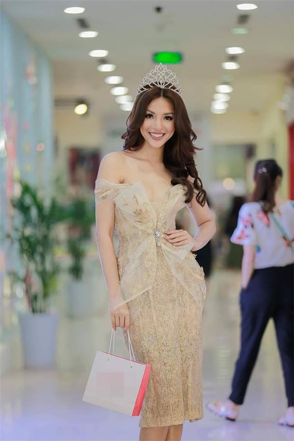 Á hậu Thúy Vân, giải vàng siêu mẫu Khả Trang diện trang phục với cấu trúc corset phô diễn đường cong tuyệt mỹ.
