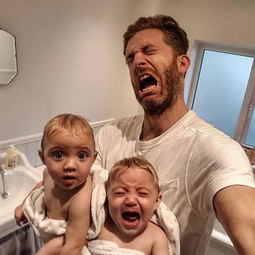"""Khi bọn trẻ đến thời kỳ mọc răng, chính bố mẹ mới là người bị làm khổ nhiều nhất.""""Bọn chúng cứ khóc ré lên mãi không thôi!"""", Simon thuật lại."""