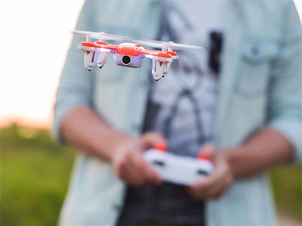 SKEYE Nano Drone được điều khiển qua một remote. (Ảnh: internet)