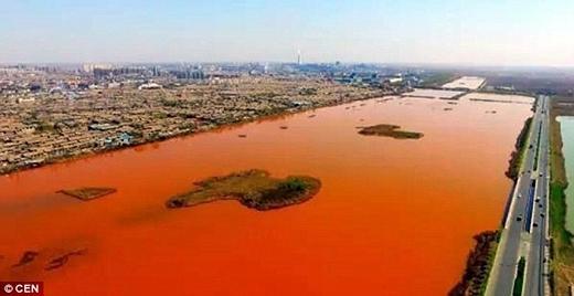 Hồi tháng 4 vừa qua, người dân địa phương tại thị trấn Shengfang, phía bắc Trung Quốc, không khỏi bàng hoàng vàngạc nhiên khi thấy dòng sông Zhongting chảy qua thị trấn đột ngột chuyển sang màu đỏ.