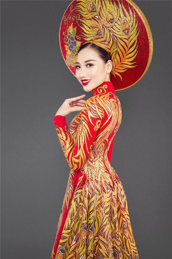 HoàngThu Thảo là là người mẫu độc quyền, dưới sự quản lí của ông bầu 9x Kenbi Khánh Phạm và cũng là bạn thân của Chúng Huyền Thanh.