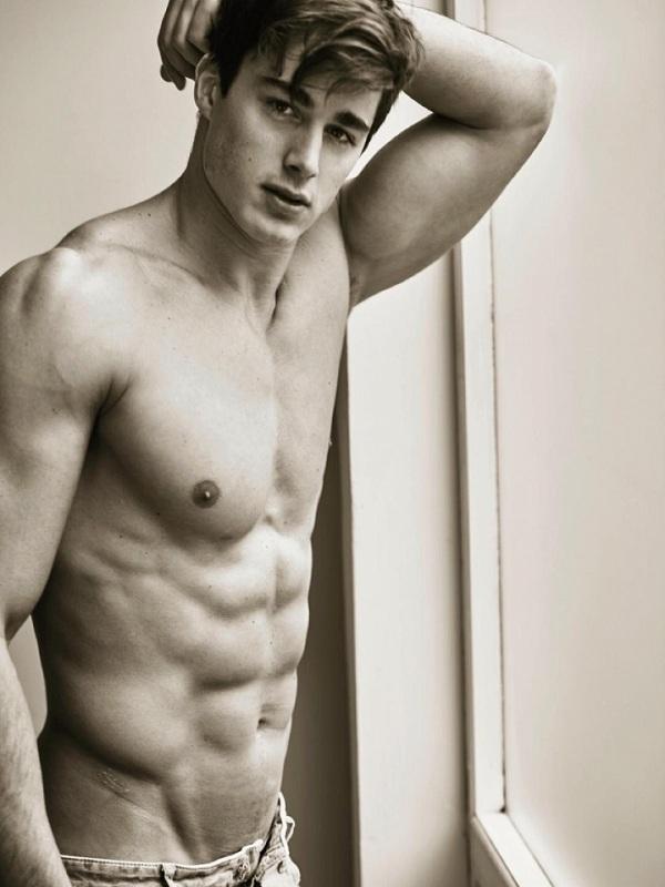 Thầy giáo Pietro sở hữu thân hình cơ bắp hoàn hảo. Thầy Pietro từng biểu diễn trên sàn catwalk như ột người mẫu chuyên nghiệp.