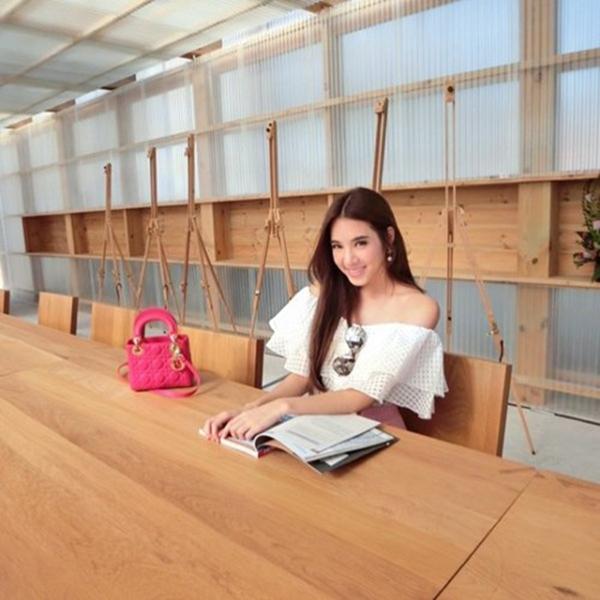 Ritnaka từng được giới truyền thông Thái hết mực khen ngợi, gọi cô là cô giáo xinh đẹp nhất nước Thái.