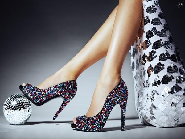 Đeo giày cao gót là một sai lầm khi đến 1 bữa tiệc âm nhạc lớn.