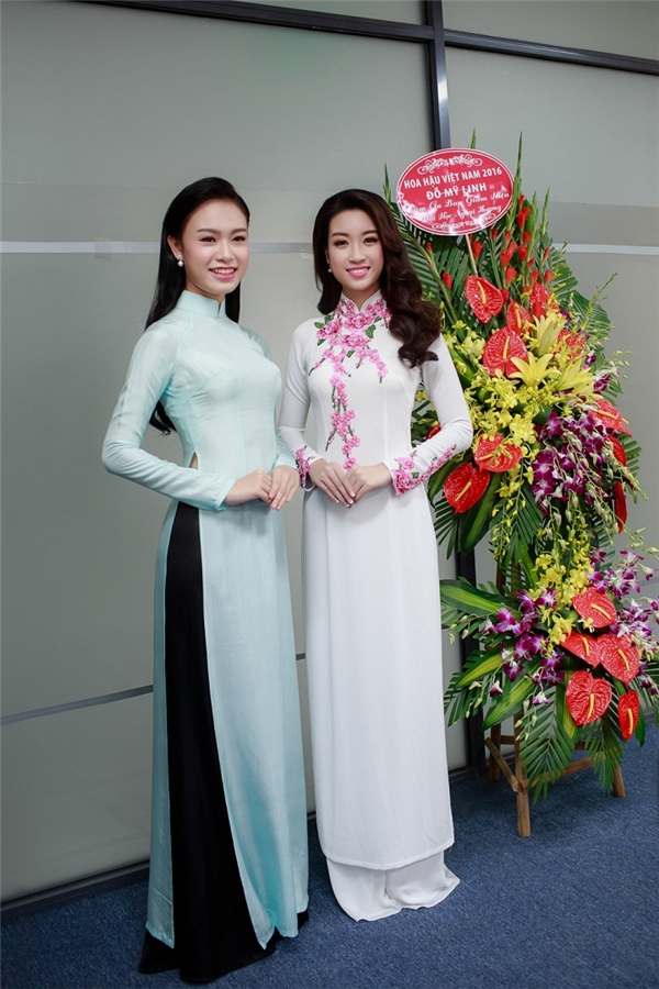 Sau ngày đội vương miện, Mỹ Linh đã trở về trường THPT Việt Đức và Đại học Ngoại thương Hà Nội để cùng chung vui dịp lễ khai giảng với thầy cô, bạn bè. Hoa hậu Việt Nam 2016 gây thương nhớ với áo dài gấm hay vải lụa kết hợp họa tiết hoa màu hồng ngọt ngào.