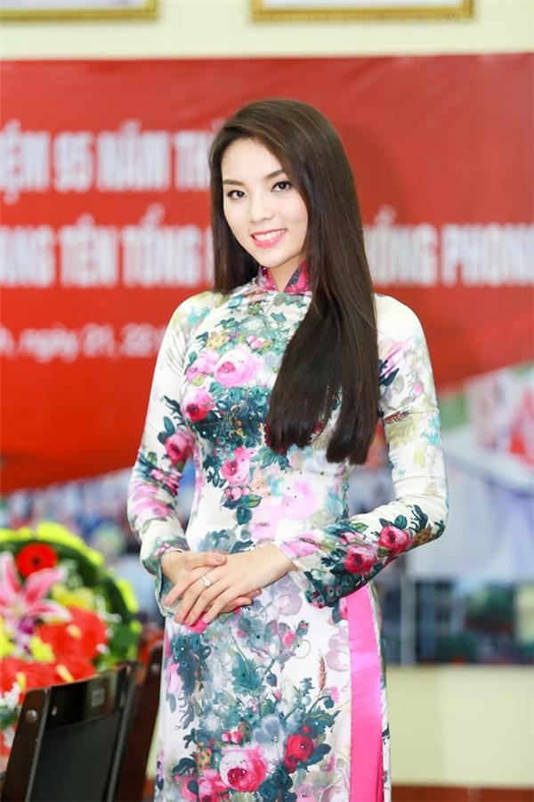 Trong số các hoa hậu Việt, có lẽ Kỳ Duyên khá đặc biệt khi luôn chọn diện áo dài có màu sắc, hoa văn rực rỡ nhân dịp về thăm trường cũ.