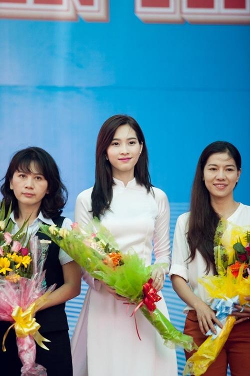 Hoa hậu Việt Nam 2012 vẫn thường xuyên dành thời gian trở về trường cũ tham gia tiếp sức cho các thế hệ đàn em trong suốt 4 năm qua tại Bạc Liêu. Mỗi lần xuất hiện, Thu Thảo đều khiến mọi người không thể rời mắt.