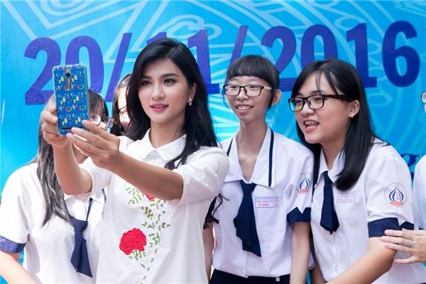 Nữ diễn viên Kim Tuyến bồi hồi về thăm trường cũ - Tin sao Viet - Tin tuc sao Viet - Scandal sao Viet - Tin tuc cua Sao - Tin cua Sao
