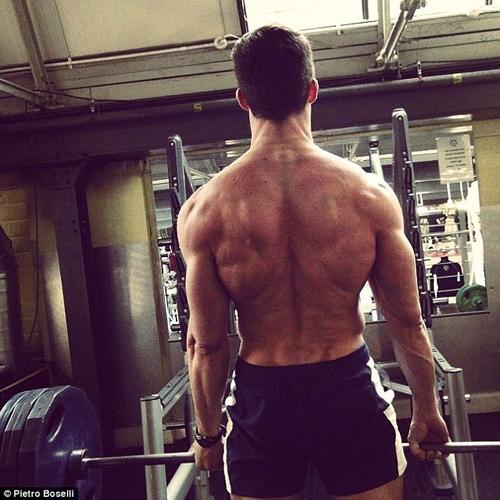 Pietro Boselli đã tập gym và theo học một lớp đấm bốc từ khá lâu. Anh vẫn luyện tập hàng ngày để có được thân hình nóng bỏng.