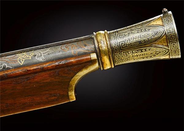 Họa tiết trên khẩu súng sănđược điêu khắc tỉ mỉ.