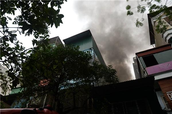 Tại hiện trường, khói đen cuộn cao hàng chục mét, phủ kín bầu trời.