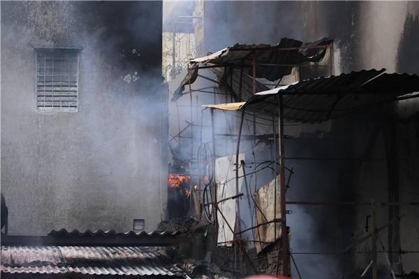 Được biết, ngọn lửa bùng phát từ một ngôi nhà trong ngõ sau đó nhanh chóng lan rộng sang nhà bên cạnh, khiến cả hai ngôi nhà bốc cháy dữ dội.